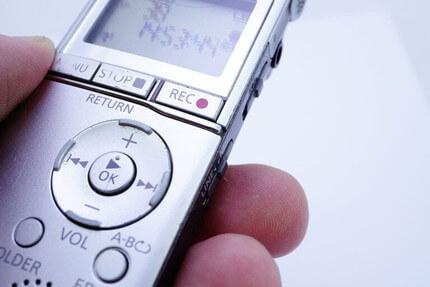 ICレコーダーを手に持って録音する